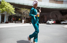 Street style VIFW ngày 3: Không chỉ tận dụng tối đa áo khoác, tín đồ Sài Gòn còn mặc đồ ngủ, quấn khăn ra đường