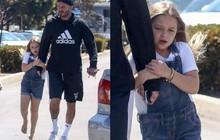 Beckham lẫn con cả đều có chân vòng kiềng nhưng may quá, chân Harper lại vừa thẳng vừa dài!