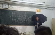 Hình ảnh thầy giáo vừa cầm ô che mưa vừa dạy học vì trường bị dột gây xúc động