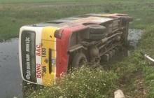 Xe buýt lật nhào xuống ruộng, hơn chục hành khách hoảng loạn