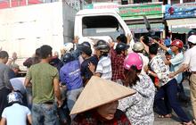 Hàng chục người dân hợp sức nâng xe tải, cứu 2 nạn nhân bị cuốn vào gầm