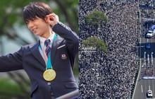 """Biển người Nhật Bản đổ ra đường đón """"hoàng tử sân băng"""" Yuzuru Hanyu trở về quê, đông không kém fan đón idol Kpop!"""