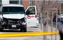 Người dân Canada kinh hoàng chứng kiến vụ lao xe tải vào đám đông