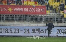 HLV Park Hang Seo đội mưa, tặng quà CĐV Việt Nam trên đất Hàn Quốc