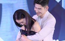 """Độc thân, """"Boss"""" Trương Hàn ôm chặt bạn diễn trên sân khấu tạo khoảnh khắc khó xử"""