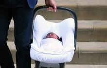 Các mẹ trầm trồ với việc Hoàng tử William quấn chăn gọn gàng cho con trai mới sinh nằm trong nôi