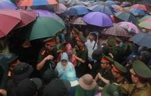 Hàng vạn người dân che ô đi khai hội Đền Hùng, hàng rào sống đứng dưới mưa đảm bảo trật tự