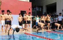 Sợ bạn bè thấy mình mặc áo tắm, nhiều học sinh Hà Nội không muốn học bơi ở trường