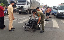 Bình Dương: Ô tô nát đầu, xe máy rụng rời sau cú đâm trực diện, hai người thương vong