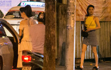Rời sự kiện bằng xe của Trường Giang tặng, Nhã Phương thay trang phục giản dị, mang dép lê đi ăn tối