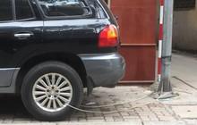 Hình ảnh 'Chiếc ô tô bị buộc vào cột đèn bằng sợi dây thép' khiến dân mạng băn khoăn tranh cãi