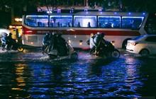"""Khu vực sân bay Tân Sơn Nhất ngập nặng sau mưa lớn, hành khách """"vượt sông"""" ra phi trường"""