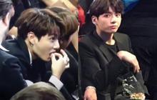 """Hành động ăn vặt """"hồn nhiên"""" 2 năm liền giữa lễ trao giải BMA của em út BTS bỗng gây bão: Dễ thương hay vô duyên?"""