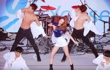 Hai vũ công nam bất ngờ phanh áo làm khán giả quên luôn cả nhân vật chính Sunmi