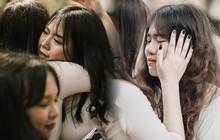 Teen Chu Văn An ôm nhau khóc nức nở trong buổi lễ bế giảng cuối cùng của đời học sinh