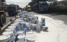 Xe container thắng gấp trên quốc lộ 1, hàng trăm thùng sơn rơi xuống đường khiến giao thông ùn ứ kéo dài