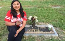 Câu chuyện phía sau bức ảnh chụp bên bia mộ người mẹ của nữ sinh Mỹ khiến nhiều người nghẹn ngào