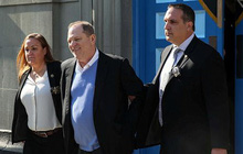 Ông trùm Hollywood tươi cười khi bị còng tay đưa tới tòa, đối mặt cáo buộc cưỡng bức nhiều phụ nữ