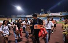 Fan nữ đuổi theo Bùi Tiến Dũng, tặng cả thùng mỳ tôm