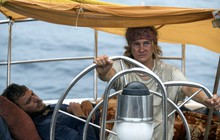 """Gái xinh của """"Dị Biệt"""" lao ra biển dữ cứu thuyền lẫn người yêu chẳng màng nhan sắc trong """"Adrift"""""""