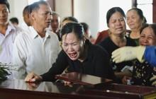 Vụ tai nạn lật tàu ở Thanh Hóa: Người vợ gào khóc nhìn chồng lần cuối trong đám tang