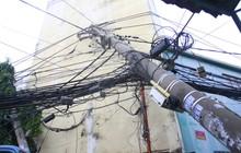 Mưa lớn kèm gió mạnh làm sập mái nhà, quật ngã cây xanh và kéo gãy trụ điện ở Sài Gòn