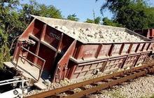 Nghệ An: Toa tàu chở đá bất ngờ lật nghiêng, đâm gãy cột đèn tín hiệu