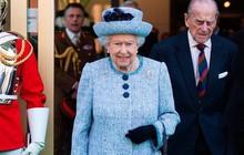 Ngoài các công nương, lịch sử thời trang Hoàng gia Anh còn có Nữ hoàng Elizabeth II là biểu tượng trường tồn mãi với thời gian
