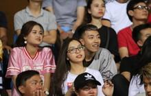 Bạn gái Nhật Lê tiếp lửa trên khán đài, Quang Hải thi đấu bùng nổ dưới sân