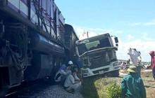 Nghệ An: Xe bồn bị tàu hỏa chở hàng tông nát phần đầu, tài xế bị thương trong cabin