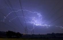 Bão lớn đổ bộ Anh Quốc, bầu trời London bị xẻ dọc bởi hơn 50.000 tia sét cực lớn