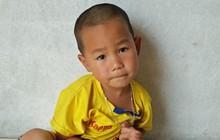 Bé trai 4 tuổi có cha bị mất hết nhận thức, mẹ ôm em bỏ đi biệt tích khiến ai cũng xót thương