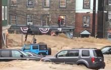 Mỹ: Mưa lớn và lũ lụt nhấn chìm nhiều khu vực trong bùn đất, ô tô bị nước cuốn trôi ngoài đường