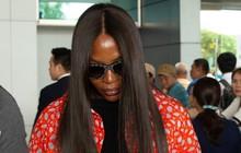 """""""Mẹ đẻ"""" The Face - Naomi Campbell cúi mặt, tránh né truyền thông khi có mặt tại sân bay Tân Sơn Nhất sáng nay"""