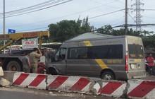 Gần 10 người bị thương mắc kẹt, kêu cứu trong xe khách bị lật ở Sài Gòn