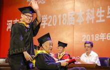 Hình ảnh nam sinh bại liệt đẩy xe lăn đưa cha đi nhận bằng tốt nghiệp và câu chuyện phía sau khiến nhiều người nghẹn ngào