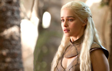 """Tạm biệt """"Game of Thrones"""" thôi mà, """"Mẹ Rồng"""" Emilia Clark có cần phải khiến fan đau tim như vậy không?"""