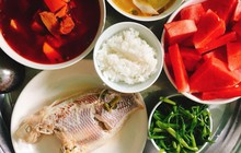 Cô gái khoe mâm cơm toàn các món cá dành cho 5 người, mất 3 tiếng bếp núc mỗi ngày, nhiều chị em chê quá ít, quá tốn thời gian