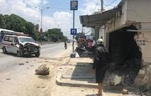 Nghệ An: Xe cứu thương biển xanh tông gãy biển báo giao thông, đâm sập tường nhà dân