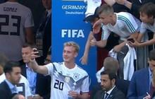 Trai đẹp tuyển Đức bị truyền thông nước nhà lên án vì selfie tươi cười sau trận thua sốc Mexico