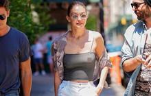 Diện áo mỏng không có nội y, Gigi Hadid hớ hênh nhũ hoa khi xuất hiện giữa phố đông người