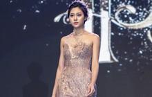 Việt Nam Wedding Fashion Show 2018 gây choáng ngợp - Đại chiến mỹ nhân tại hồ Hoàn Kiếm