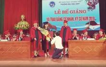 Lãnh đạo trường Đại học Vinh lên tiếng sau vụ Phó bí thư đoàn cầu hôn sinh viên trong lễ tốt nghiệp