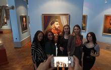 Ronaldo, Messi lạ lẫm khi diện đồ ở thế kỷ 18 tại bảo tàng Nga