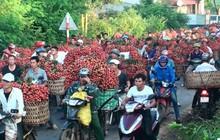 Ảnh: Chợ vùng cao Bắc Giang tắc đường hàng cây số do dân chở vải ra bán