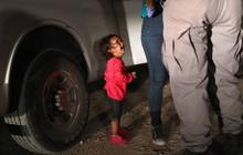 """Câu chuyện đằng sau bức ảnh """"em bé đứng khóc bên biên giới"""" đã góp phần khiến Tổng thống Trump ký lại sắc lệnh về người nhập cư"""