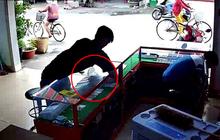 Tp.HCM: Thanh niên vờ mua hàng rồi móc trộm 2 chiếc iPhone ngay sau lưng mà khổ chủ không hề hay biết