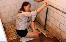Trung Quốc: Cô gái say rượu thụt chân xuống xí xổm, lính cứu hỏa phải tới phá toa-lét mới lôi được nàng ra