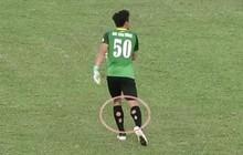 Thủ môn Bùi Tiến Dũng cũng đi tất thủng thi đấu giống Neymar