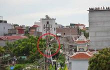 Hà Nội: Nam thanh niên nghi ngáo đá trèo lên cột điện, la hét yêu cầu mọi người trả nợ tiền cá độ bóng đá